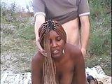 Negra amadora fodendo na areia da praia com branquelo