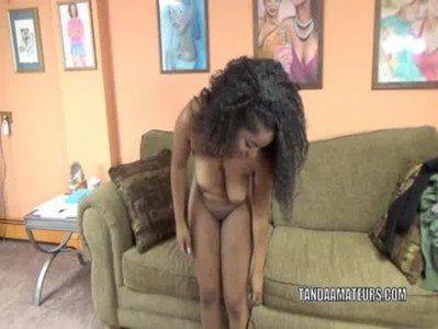Novinha negra se acocando querendo chupar a rola do cara
