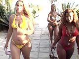 Negra E Suas Amigas Muito Gostosas Tomando Banho Na Piscina