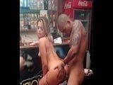 Filme porno dentro de um bar na zona carioca