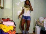 Ebony dançando só de shortinho curto de jeans