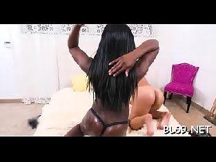Negona bem gostosa com sua amiga em suruba neste filme porno gratis