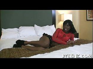 Negrinha com as pernas abertas tomando rola no  video porno amador