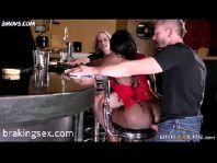 Negra gostosa fazendo sexo e gemendo na rola do branquelo sortudo