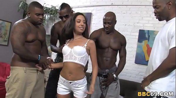 Nudevista negra na suruba com quatro homens dotados