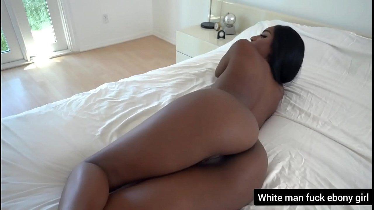 Negra gostosa deitada e pronta para foder gostoso no filme porno
