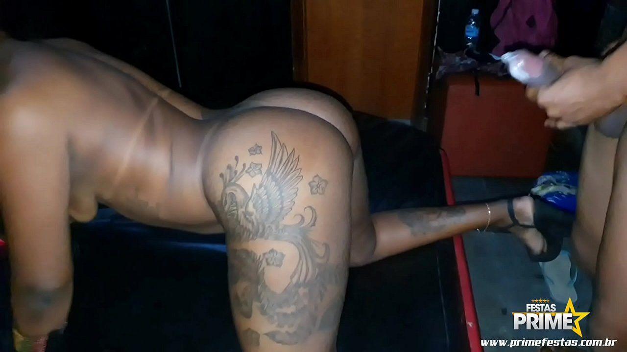 Vídeo porno caseiro com uma negra rabuda dando de quatro